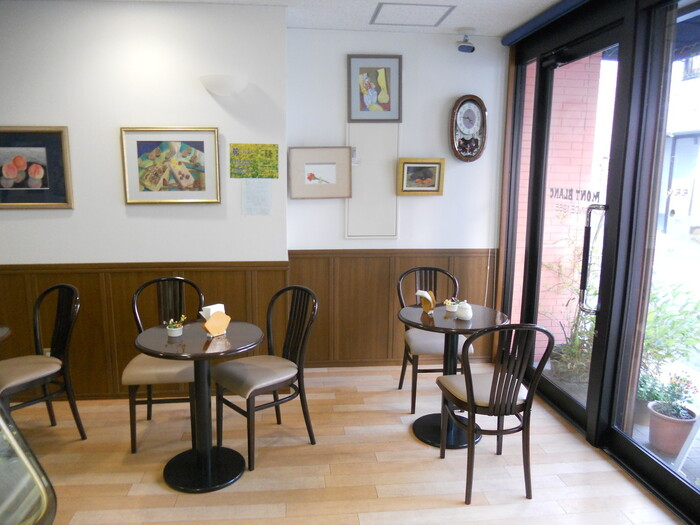 熱海に住んでいた作家の谷崎潤一郎はこのお店の大ファンだったそう。店内には写真も飾ってあります。窓から自然光がたっぷり入る店内は明るく、イートインも可能です。
