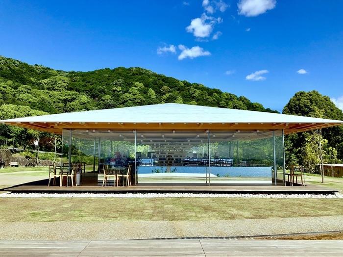 目の前には海と空が広がる「COEDA CAFE(コエダカフェ)」は、アカオハーブ&ローズガーデン内にある庭園カフェ。日本を代表する建築家・隈研吾氏が設計しており、一面のガラスの壁と小さな木が積み重なって出来た一本の樹のようなデザインの内観が印象的です。