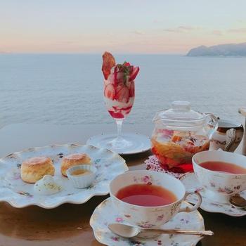 ティータイムには、ハーブティーやスコーン、旬のフルーツを使ったパフェで贅沢な時間を満喫。海を眺めながら、のんびりと過ごせます。