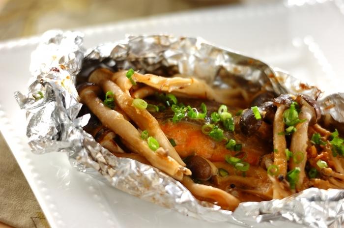 香ばしい味噌の香りが食欲をそそる「鮭のホイル包みちゃんちゃん焼き」。良質なタンパク質源になる鮭には、抗酸化作用があるアスタキサンチンも含まれています。アミノ酸補給に◎な、しめじと免疫機能の回復に役立つ舞茸も入っていますよ。