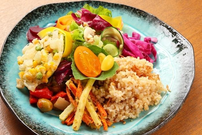 野菜は、生野菜だけでなく、焼いたり蒸したり、マリネしたものでもいいですし、前日に残った副菜や作り置きでもOK。盛り合わせにするので見映えがし、淡白すぎる印象もありません。ひと皿で多品目が摂れるのがうれしいですね。