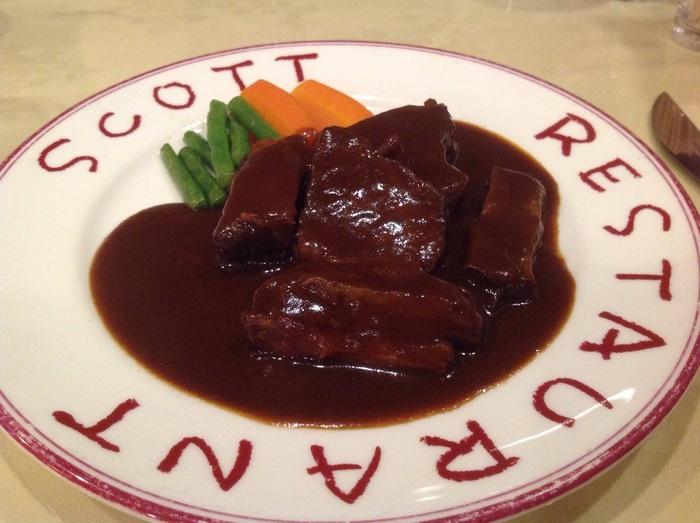 おすすめは創業以来不変の人気を誇るビーフシチュー。野菜の旨みが詰まったデミグラスソースが、トロッととろけるような柔らかさの牛肉の味をさらに引き立てます。