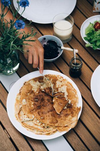フワフワのパンケーキとは一味違い、北欧では薄いクレープのようなパンケーキこそが、おばあちゃん・おじいちゃんから子供まで幅広い世代に愛されている「北欧風パンケーキ」なのです。北欧の人々に見習い自宅で作って、みんなで楽しくシェアして食べましょう!作り方もとても簡単ですよ。