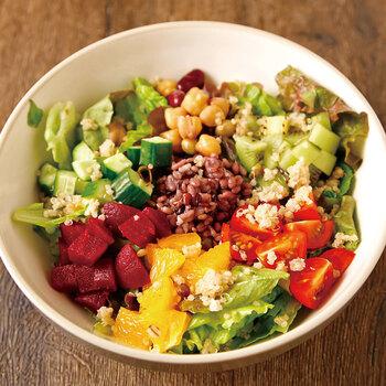 ブッダボウルを構成する具材は、野菜・フルーツ・穀物・豆・ナッツなど。肉・魚は一般的には使いませんが、豆類などでたんぱく質を補い、全体の栄養バランスがいいのが特徴です。