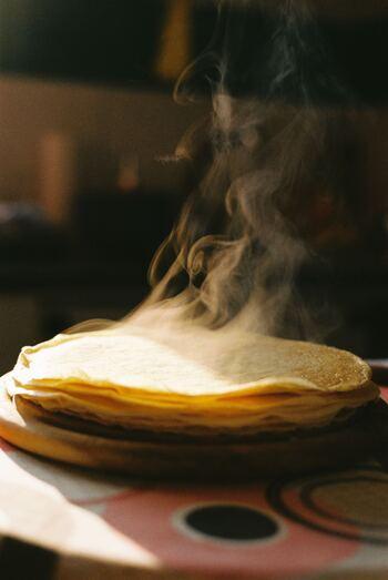 ①卵・牛乳・小麦粉を入れてしっかり混ぜ合わせ、砂糖と塩を入れさらに混ぜる  ②その後、フライパンにバターを溶かし、生地をお玉で流しいれます。  ③生地が均等にフランパンに広がるように、フライパンを回し、表面がフツフツしたら、裏返します。 何度もひっくり返すのではなく、一度だけひっくり返しましょう。