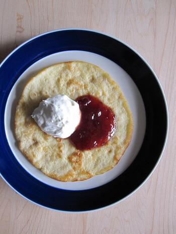 スウェーデンではジャムやホイップクリームを添えていただくのが、定番中の定番です。リンゴンと呼ばれるコケモモのジャムや、ストロベリージャムなどがポピュラーですよ。