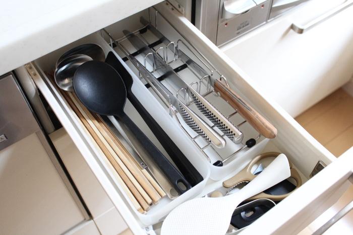 キッチンで調理に使うツールは、コンロ前や調理台の近くに整理しておくと動線もスムーズ。あちこちに手を伸ばす必要がないので、お料理する時もちょっとした手間が省けて効率がアップします。