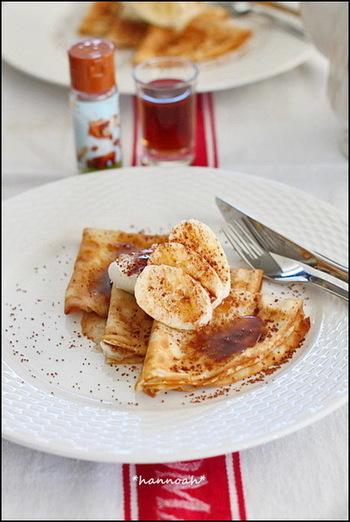 チョコレートとシナモンシュガーそしてバナナをトッピングした北欧風パンケーキ。マスカルポーネを加えても美味しく贅沢な味わいに仕上がります。