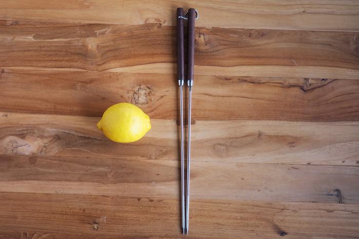 さびにくく、丈夫で長持ちなのがステンレス製。臭いや色移りの心配がないのも嬉しいポイントです。滑りやすいので、箸先に工夫があるものが良いでしょう。