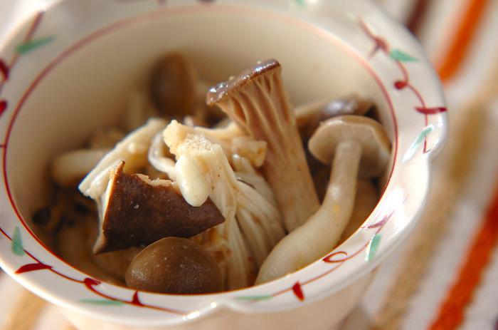 ごま油の香りは、食欲のないときでも、ついつい箸が進んでしまいますよね。夏バテで食が進まないときは、ナムルを作ってみてはいかがでしょう。 キノコは茹でずに、レンジでチン。ごま油、ニンニク、すりごま、塩コショウで味を整えて完成。キノコ料理は簡単だから、あと一品ほしいときに重宝します。