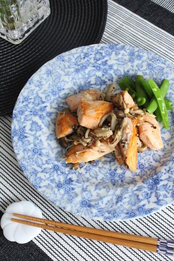 サーモンとキノコは相性がいい素材です。下味をつけたサーモンをオリーブオイルでソテー。白ワインと粒マスタードで味付けします。 鮭とキノコのホイル焼きも定番ですが、たまには洋風にしておしゃれに頂きませんか?
