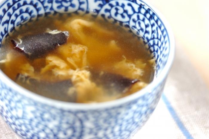 キクラゲは、スープに入れてもおいしく頂けます。中華スープにもキクラゲを入れて楽しみたいですね。水とチキンスープの素と塩を鍋に入れ、沸騰したらキクラゲと溶き卵を入れるだけ。乾燥キクラゲは保存も効くので、食品庫にストックしておきたいですね。