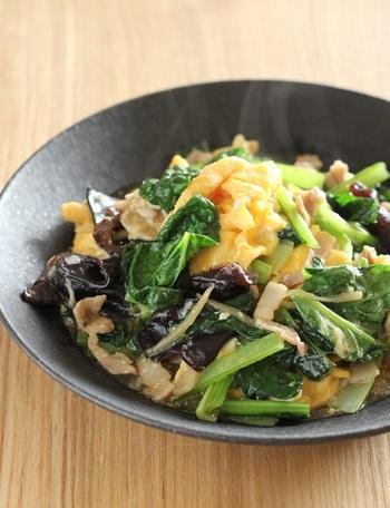 キクラゲと相性がいい、卵と小松菜にとろみをつけた炒め物。味付けは、酒と醤油、オイスターソースを隠し味に加えています。 卵を半熟に仕上げるコツは、マヨネーズと牛乳を加えてふんわり炒めて、一度取り出します。豚バラと小松菜、キクラゲを炒めてとろみをつけてから卵を戻します。