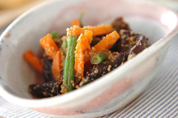 和食の定番、ゴマ和えにもキクラゲがあうんですよ。水で戻したキクラゲと茹でたインゲン、ニンジンを、すりゴマ、酒、砂糖、醤油と一緒に和えます。キクラゲのコリコリ食感がクセになりそうな一品です。