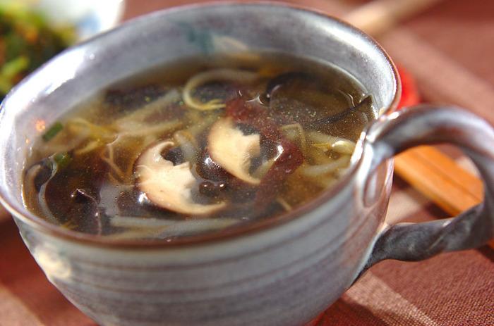 キクラゲのスープに、シイタケともやし、ネギを加えれば、具沢山スープの完成。シイタケは、干しシイタケを使えば、出汁の変わりにもなり、旨味がプラスされます。乾物は、冷蔵庫の中身が空っぽのときに重宝するので、いざというときに便利。