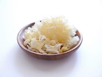 日本ではあまり馴染みのない白キクラゲ。中国では「銀耳(インアル)」と呼ばれ、昔から高級料理や薬膳料理に使われてきた食材です。スープや炒め物にはもちろん、クセがなく、寒天のような食感から、デザートにも使われています。