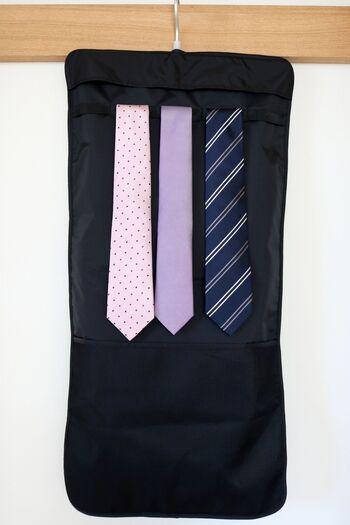 裏面はネクタイを吊るせる仕様になっています。滑り落ちないようループも付いていて安心。最大で5本収納できるので、見比べながらコーディネートを考えるのにも便利ですね。