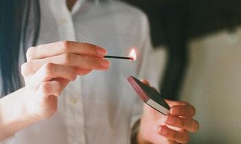 使う時はマッチと同様に箱の側面で擦ればOK。軸となるお香に火が届くまでしばらく待ちます。