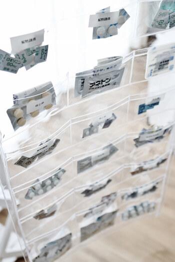 常備しているお薬を、透明なウォールポケットを使って分けておくアイデアがこちら。家族みんなにわかりやすく、使う時にもいちいちパッケージを開けなくて済みます。各ポケットには薬の種類を記したシールを貼り、説明書と一緒にお薬をIN。使用期限もメモしておけば、管理も楽になります。