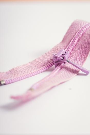 まだ指先を使う練習中の赤ちゃんにとっては、たるみがあると開け閉めが難しいものです。ファスナーを縫い留める時は、布もピンと張ってファスナーがたるまない様にしましょう。