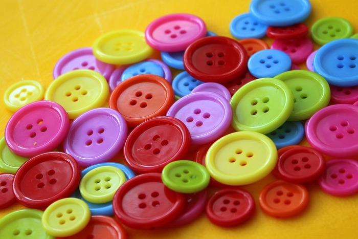 ビーズ同様、ボタンもサイズや色が豊富なアイテム。普通のボタンはもちろん、クルミボタンなど様々な形のボタンを工夫して取り入れられると良いですね。