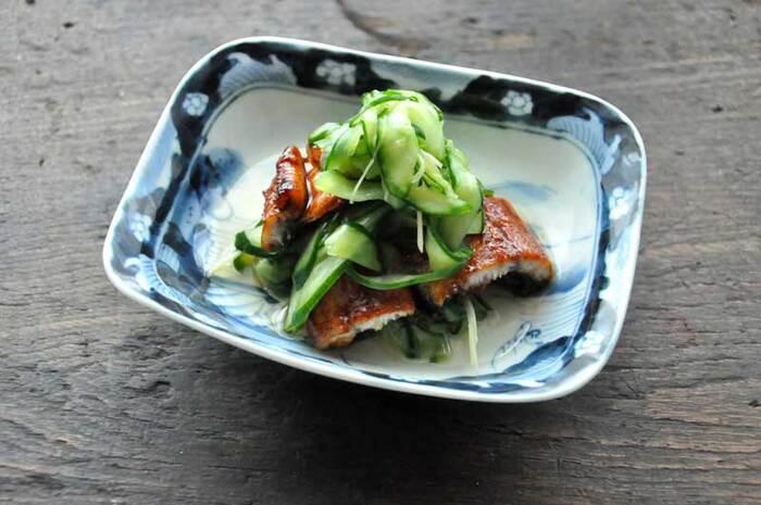 夏には料理屋さんでもよく出される「うなぎと胡瓜の酢の物」。熱々の蒲焼きと冷えた胡瓜の酢の物を合わせることで、温度差と味の濃淡が楽しめます。副菜である酢の物ですが、うなぎと組み合わせることで主役級に。
