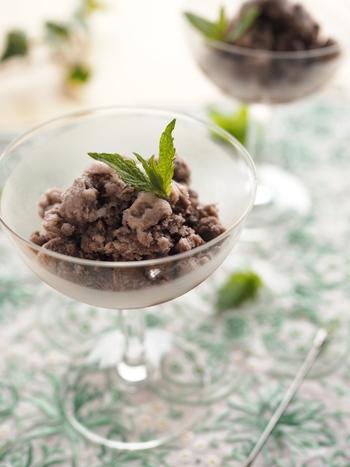 人気のチョコミント風フレーバーのシャーベット。材料もミント意外はココア、砂糖、牛乳とシンプルなので気楽にチャレンジできます。暑い日のさっぱりデザートにぴったり。