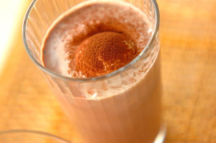 スイーツの代わりとなるしっかりした味わいのアイスココアです。トッピングしたバニラアイスクリームのまろやかさと香り高いココアがよく合います。