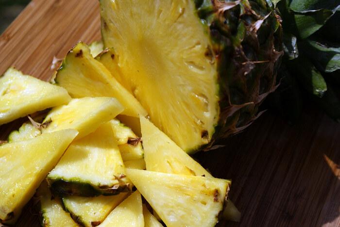 パイナップルは冷やして食べるのも美味しいですが、ちょっと焼くと甘さが増すんです。周りがちょっと焦げるくらいまでグリルで焼いて、ライムを絞ってさっぱりと。パームシュガーやブラウンシュガーをかけて食べるとさらに美味しくなります。