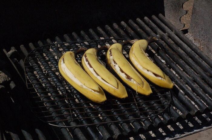 みんな大好き、チョコバナナとマシュマロのコンビネーション!簡単お手軽なデザートです♡  <材料> バナナ 4本 マシュマロ お好み スイスチョコレート お好み アルミホイル   <作り方> 1、グリルを中火に温めておいてく 2、バナナの中央まで届くくらいに包丁で切込みを入れる。反対側の皮まで切ってしまわないように気を付けて! 3、スプーン(もしくは指でも)でバナナを少し広げて、その間にチョコレートとマシュマロを挟む 4、アルミホイルをバナナの形に整えて、切込みが上を向くように固定し、グリルの上に並べる 5、4-5分後、バナナの皮が黒くなって、マシュマロが解けたらグリルからお皿に移します 6、1-2分冷ましてから食べましょう!