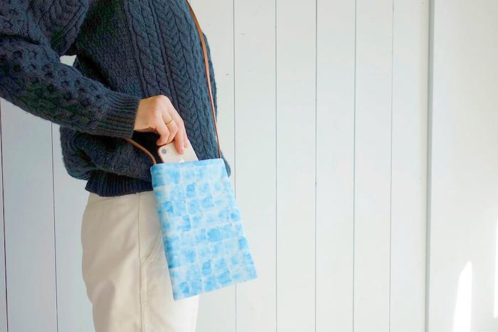 お財布・スマホ・ハンカチなど必要最低限のものだけを入れて身軽にお出かけできるミニサコッシュの作り方。ストラップを革紐にすることで、大人っぽくナチュラルな雰囲気です。