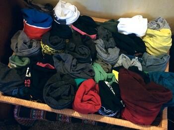 まずはいらないTシャツを集めます。色んなカラーや柄のものがあるとアクセントになってより良いです。