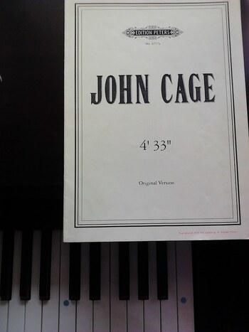 """世界的に有名な音楽家である、ジョン・ケージも大学で大拙から禅を学び、その思想に大きな影響を受けました。 彼の代表作である「4分33秒」には、""""無""""が表現されています。"""