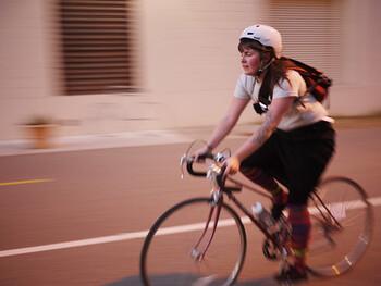海外のスカートライダーは、自転車や乗り方に対してというより、スカートに工夫をされていることが多いようです。スタンダードなのは、見えてもいいように下にレギンスやタイツなどを履くというシンプルなもの。