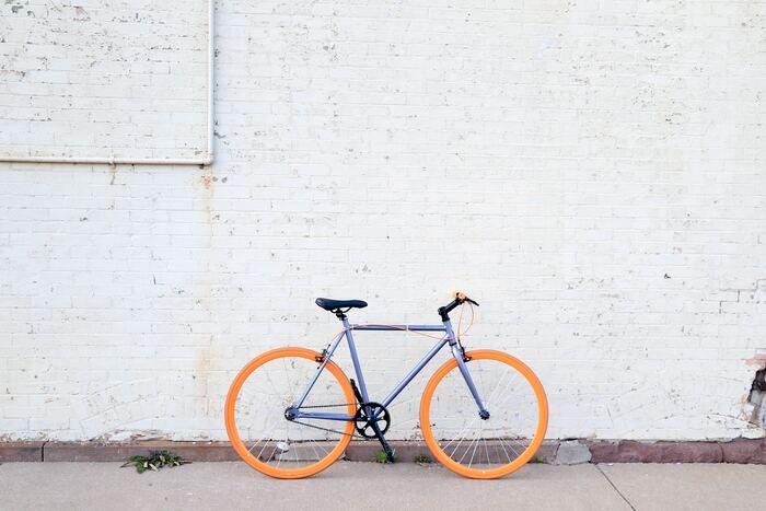 まず、一つ目のポイントが自転車の「トップチューブ」です。トップチューブとはハンドルとサドル部分を繋ぐフレームのことですが、スポーツ自転車の場合にはトップチューブが高い位置に作られています。こちらの画像を見るとわかりますが、トップチューブが高いと跨る時に足を高く上げる必要があるので、スカートの時には乗れませんよね。