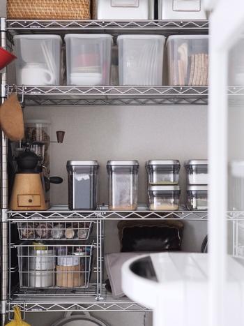 キッチンスペースに集まるストックは、調味料からコーヒーなどの嗜好品、お弁当グッズやお掃除ツールまで本当にさまざまです。どこに何を収納しているのか、在庫はどのくらいなのかがはっきりわかるよう、なるべく中身が見える収納を心がけておくと、探し物にかける時間も減り、使い忘れや重複購入も避けられます。