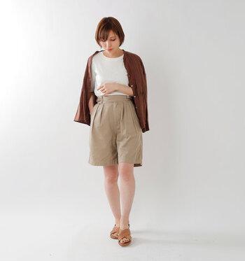 どんなアイテムにも合わせやすいベージュのショーパンは、大人女子が取り入れるのにもぴったりなアイテムです。白Tシャツにブラウンのシャツを合わせて、ナチュラルなトーンでまとめた落ち着き感のある着こなしに。