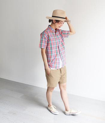 ベージュのショート丈パンツに、夏らしいカラフルなチェック柄シャツを合わせたコーディネートです。インナーの白をさりげなく覗かせて、スニーカーと色を合わせているのがポイント。ボーイッシュな印象のコーディネートは、アクティブな予定がある日にもぴったりですね♪