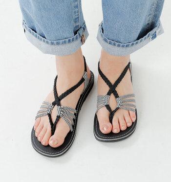 ミサンガのようなちょっぴり個性的なデザインのトングサンダルは、ひとつひとつハンドメイドで作られているアイテム。自分の足のサイズに合わせてストラップの位置を微調整できる、おしゃれで履きやすい一足です。