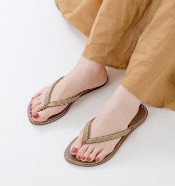 シンプルで華奢なデザインのトングサンダルは、キラキラと光るゴールドのビーズをあしらった上品な一足。レザーのフラットソールで歩きやすいから、アクティブに動き回りたい日の夏コーデにもぴったりですね♪