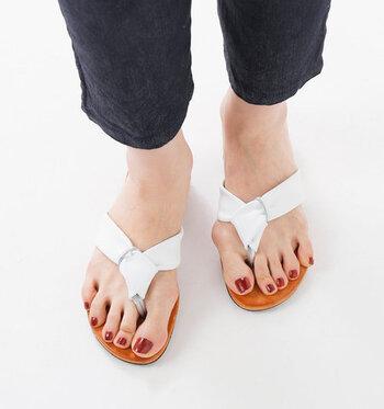 メタリックカラーのストラップに、ふかふかのレザーを巻き付けた履き心地のよいトングサンダルです。インソールにはクッション入りのレザーを使用し、フェミニンで歩きやすいサンダルに仕上げています。