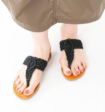 マクラメ編みのストラップと、レザーのインソールを組み合わせた、ナチュラルで大人っぽい印象のトングサンダル。エスニックな着こなしや、あえてスポーティーなコーデに合わせてもサマになる一足です。