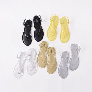 フラットでミニマルなデザインのトングサンダルは、柔らかなPVC素材でしっかり足を包み込んでくれる一足。カジュアル見えするビニール素材ですが、シンプルデザインの上品さでキレイめにもフェミニンにも合わせやすいのが特徴です。