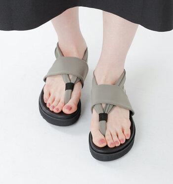 底に厚みのあるトングサンダルは、伸縮性のあるストレッチ素材との組み合わせがおしゃれ見えするデザイン。ソールで脚への衝撃を軽減してくれるのもポイントです。草履だと足が痛くなるという方は、浴衣に合わせても◎