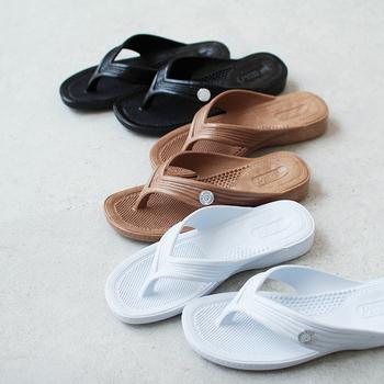 1960年代から奈良県で作られている、国産トングサンダルの「PEARL(パール)」。通称「ギョサン」とも呼ばれています。定番の白・黒に加えて、2019年には限定カラーのモカが追加されました。シンプルなデザインでほどよくフィットするので、一日中履いても疲れないのが魅力です。