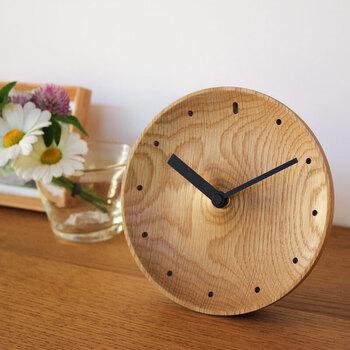 置時計で時間を感じながら生活してみると、心に少し余裕が生まれるかもしれません。置時計にも、色々な種類やデザインのものがあります。お部屋の雰囲気や使い方に合わせて、お気に入りの置時計を見つけてみてくださいね♪