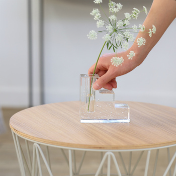お気に入りのフラワーベースに、お花やグリーンを一輪挿すだけなら気軽にはじめることができますよね。ぜひお花やグリーンのある生活を、一輪からはじめてみてくださいね♪
