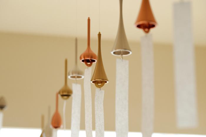 400年にわたる富山県高岡市の伝統工芸品である高岡銅器のトップブランド「能作」。真鍮の風鈴は、能作を一躍全国的に有名にした代表作でもあります。