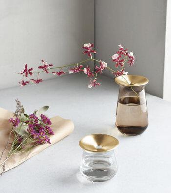 ガラスと真鍮を組み合わせた、スタイリッシュなデザインのフラワーベース。真鍮のプレートには小さな穴が空いているので、一輪挿しとして使いやすくくたっとなりやすい花をしっかりと支えてくれます。