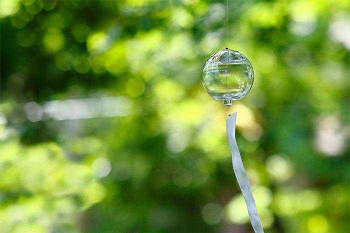 千葉県の九十九里町を拠点とし、繊細で透明感のあるガラスを製作する「Sghr スガハラ」から、目と耳に涼しい風鈴が届きました。シャボン玉のような繊細なガラスで作られたその風鈴の名は「虹色風鈴」。